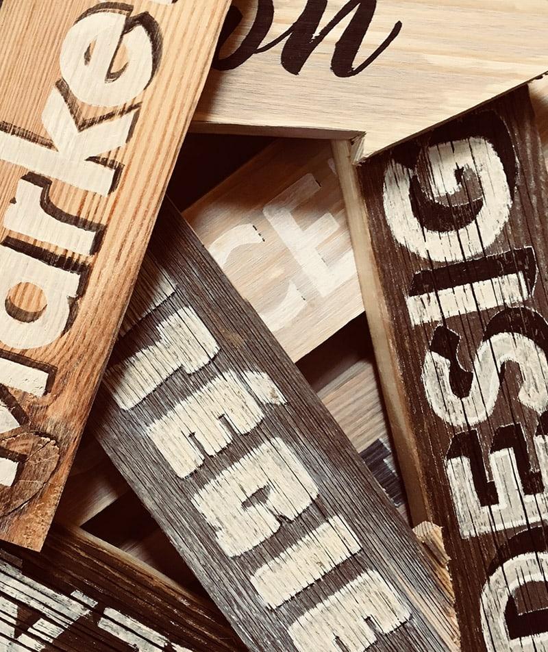 Flèches signalétiques en vieux bois avec lettres peintes à la main