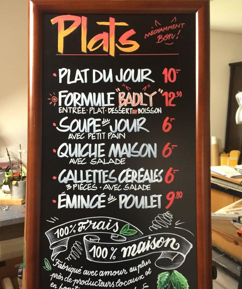 Lettering sur tableaux noir de menu pour restaurants avec calligraphie et illustrations sur mesure