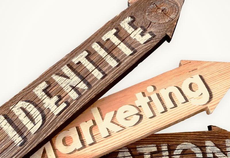 Flèches signalétiques en vieux bois avec lettres peintes à la main, sign painting