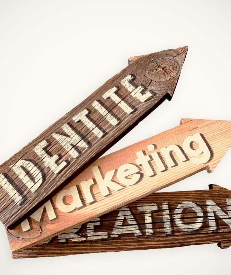 Flèche signalétique en vieux bois avec lettres peintes à la main